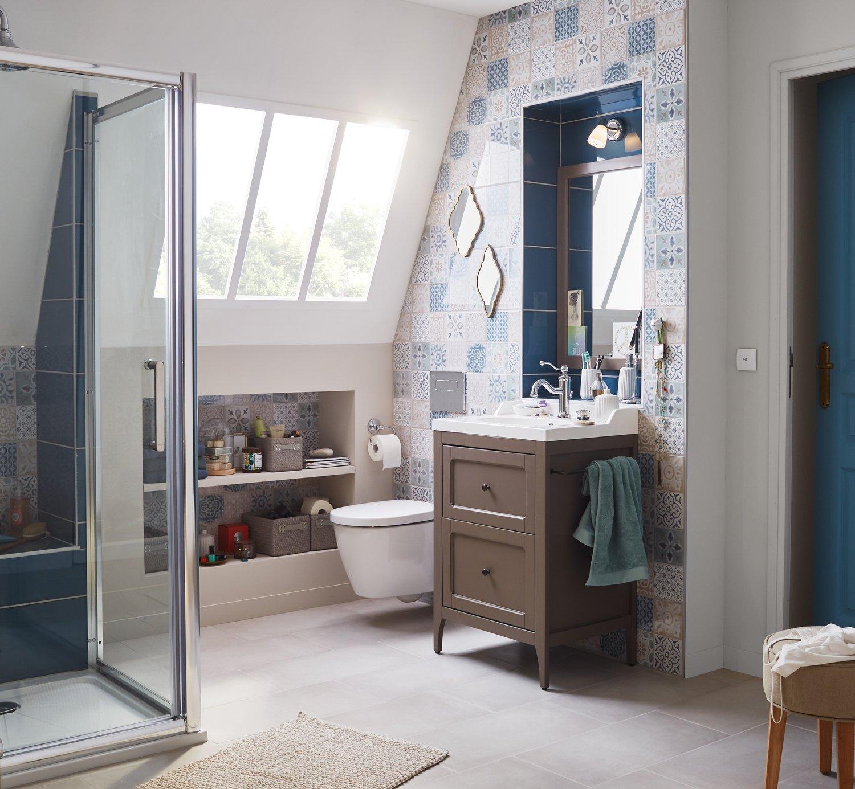 Une salle de bains sous pente où tous les espaces sont revisités ...