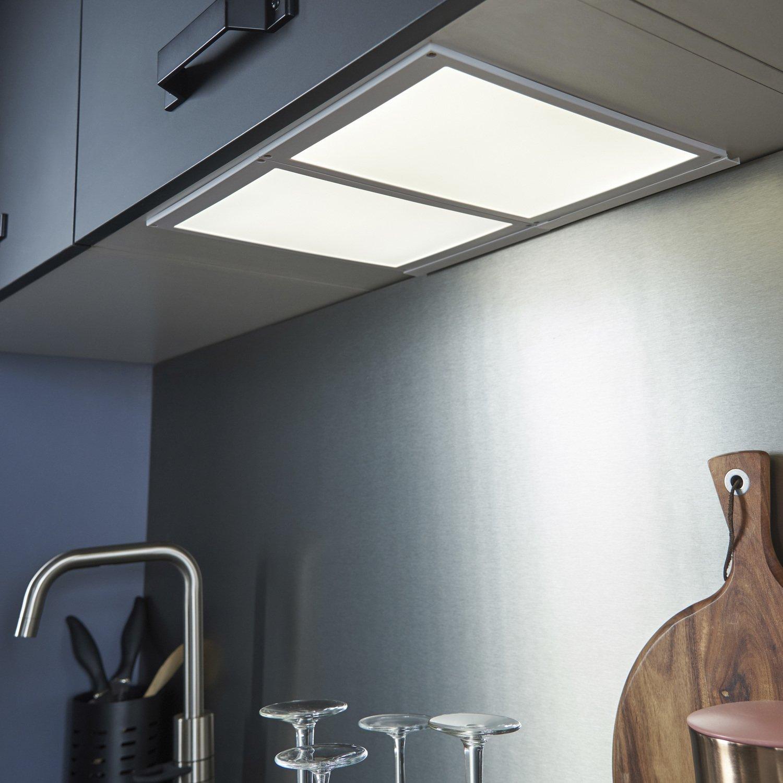 une cuisine lumineuse et l gante gr ce un panneau led et une cr dence en inox bross leroy. Black Bedroom Furniture Sets. Home Design Ideas