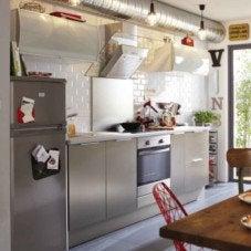 La touche moderne avec des meubles de cuisine métal