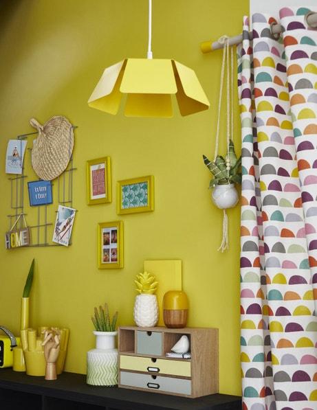 Total look jaune du mur au plafond