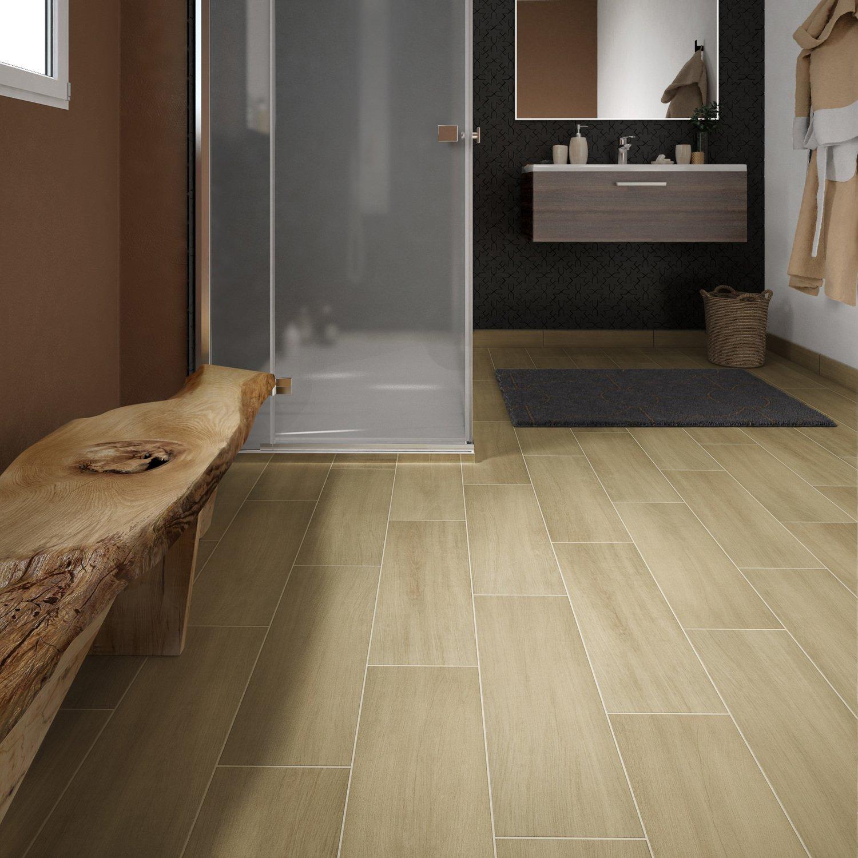 On réchauffe la salle de bains avec le carrelage aspect bois ...