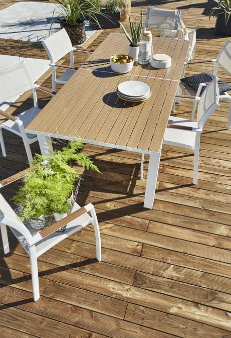 Une table de jardin pouvant accueillir jusqu'à 12 convives