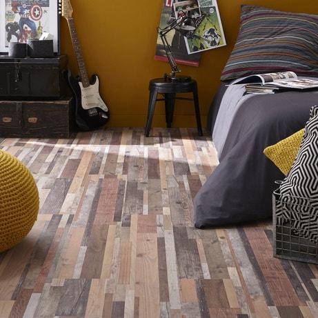 Un sol effet bois recyclé pour donner du style à la chambre