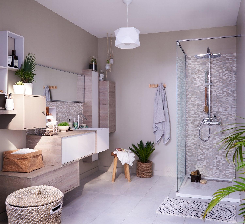 Une salle de bains au style naturel avec vasque, douche et ...