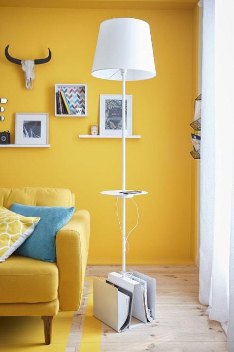 Un lampadaire de salon multifonction très pratique