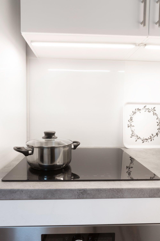 une cuisine design avec une plaque induction 3 foyers. Black Bedroom Furniture Sets. Home Design Ideas