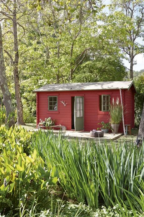 Un abri rouge en bois dans le jardin