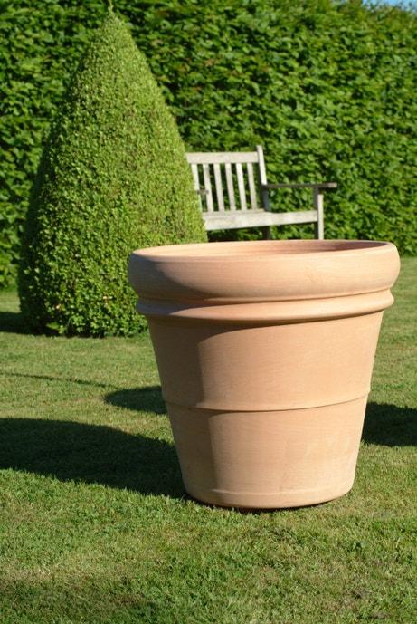 Un vase en terre cuite pour le jardin