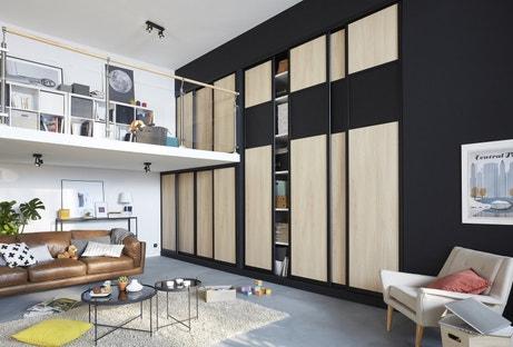 Une pièce à vivre fonctionnelle dont le mariage du bois et du noir offre un style design