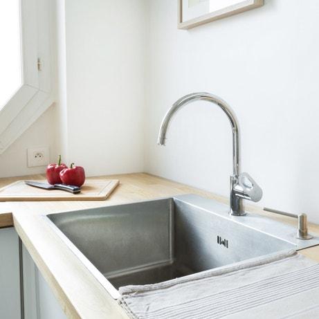 Un évier et un mitigeur design dans la cuisine épurée de Suzanne à Paris