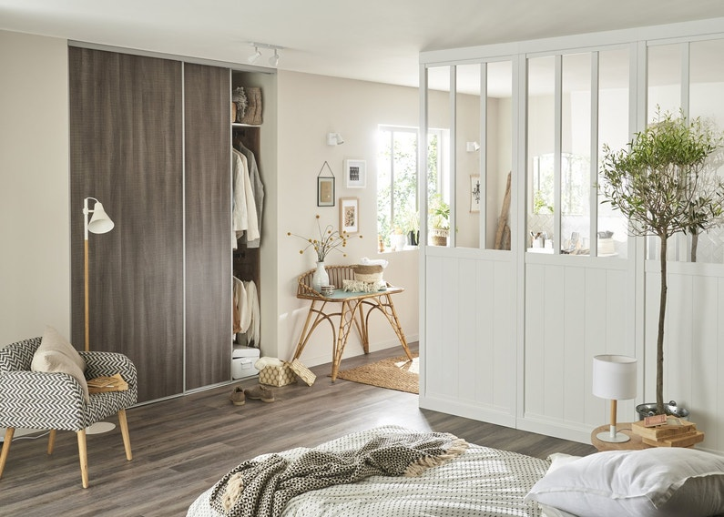 cr er une s paration pour la salle de bains dans une chambre au style scandinave leroy merlin. Black Bedroom Furniture Sets. Home Design Ideas