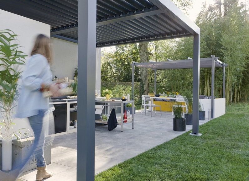 une pergola en aluminium pour profiter de sa terrasse leroy merlin. Black Bedroom Furniture Sets. Home Design Ideas