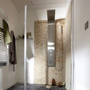 Pose d'une colonne de douche par Leroy Merlin