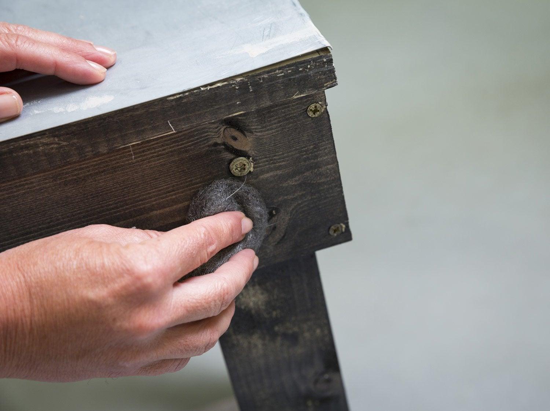 Retaper Une Vieille Caisse En Bois comment restaurer un meuble ? | leroy merlin