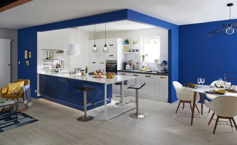 Une cuisine ouverte parfaitement intégrée au style pop du salon