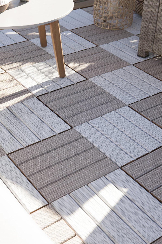 des dalles clipsables pour un balcon aux couleurs neutres