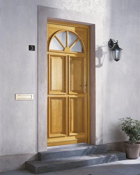 Une porte d'entrée en bois