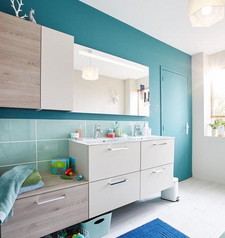 Une salle de bains avec des meubles de matières différentes