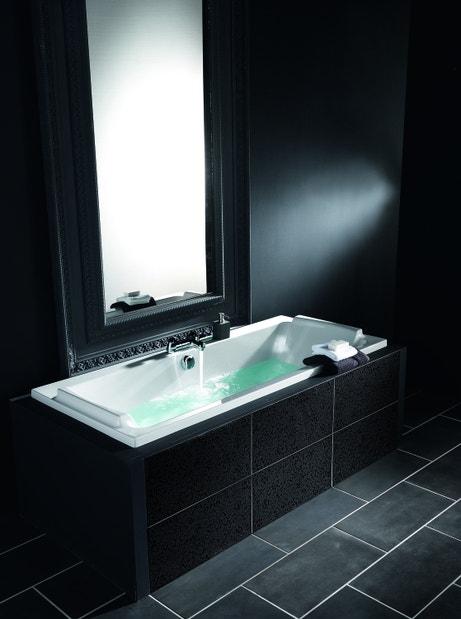 La baignoire se fond dans le décor