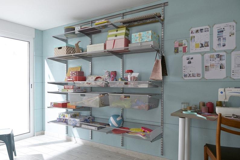 du rangement astucieux avec ces tag res en acier leroy merlin. Black Bedroom Furniture Sets. Home Design Ideas