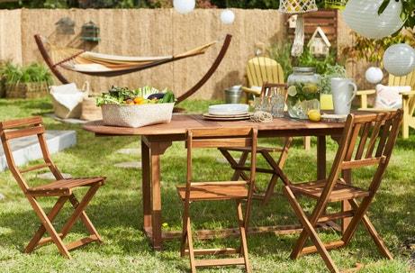 Une table de jardin pour déjeuner en terrasse