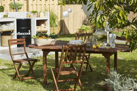 Pratique et chaleureuse, cette table de jardin