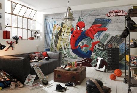 Une chambe d'étudiant avec un pan de mur complet dédié à Spiderman