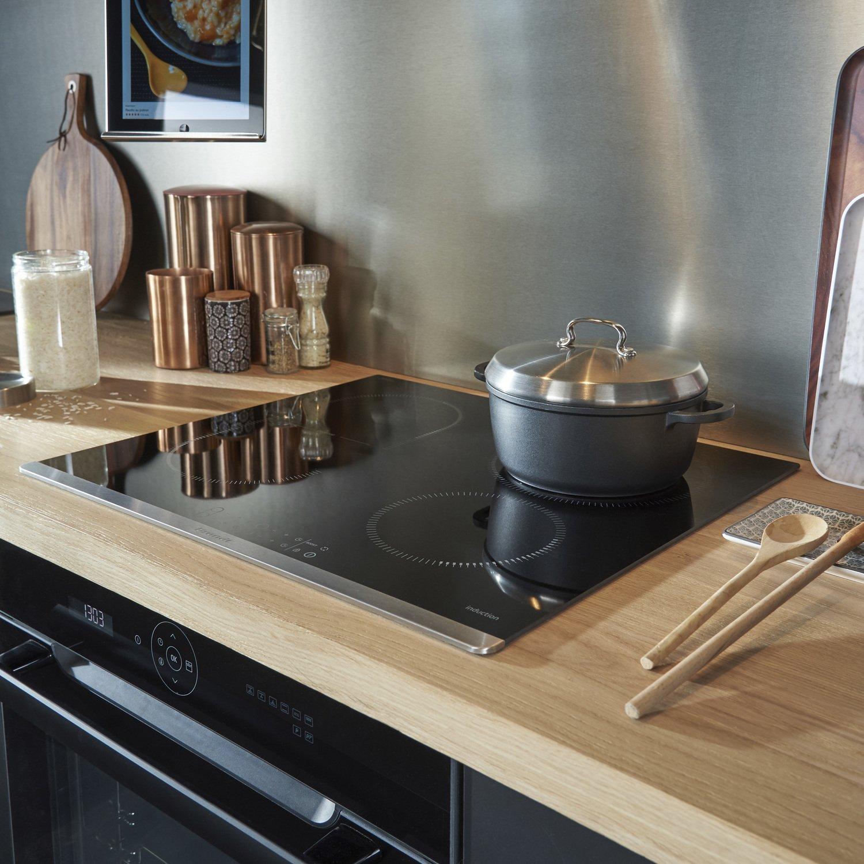 une cr dence en inox bross qui s 39 allie parfaitement avec le plan de travail en bois leroy merlin. Black Bedroom Furniture Sets. Home Design Ideas