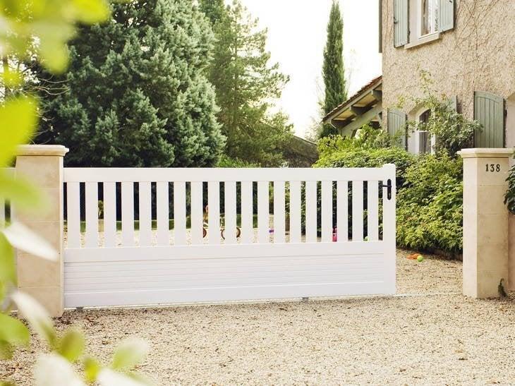 Entrée accueillante avec ce portail qui coulisse en toute simplicité et en toute sécurité.