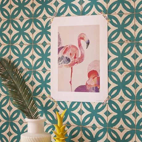 Un style rétro sur les murs mixé avec une affiche au style tropical