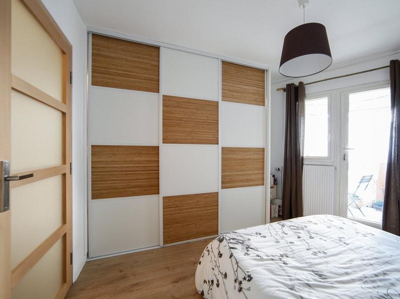 des portes de placard en damier bambou et blanc laqu dans. Black Bedroom Furniture Sets. Home Design Ideas