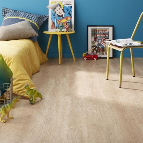 Un sol stratifié effet bois dans une chambre aux tons bleu et jaune