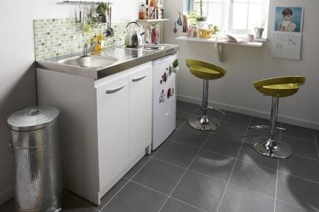 Une kitchenette avec plaques électriques