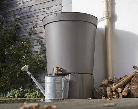 Un récupérateur d'eau aérien cylindrique taupe