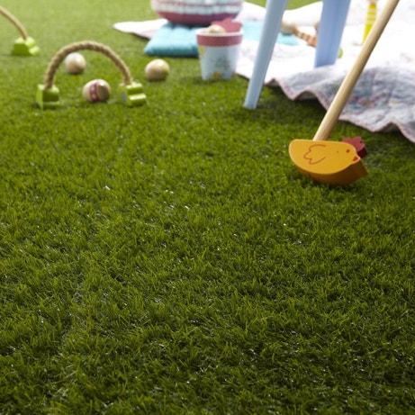 Un gazon artificiel, une aire de jeux pour enfants