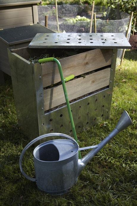 Un composteur monobloc en bois et couvercle en acier
