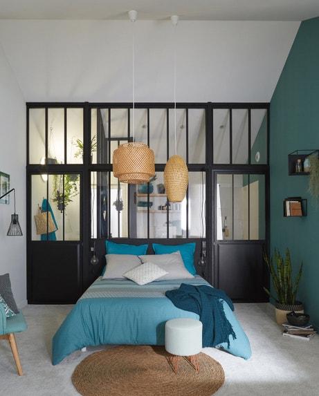 Une chambre avec une verrière d'atelier