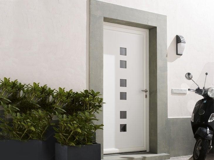 La porte PVC Broadway avec ses petits carreaux en double vitrage apporte une source lumineuse et une touche d'originalité à votre entrée.