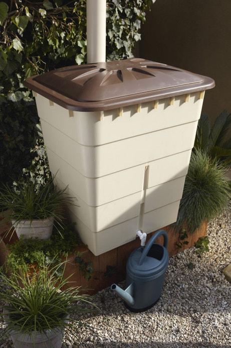Un récupérateur d'eau de pluie rectangulaire blanc et beige