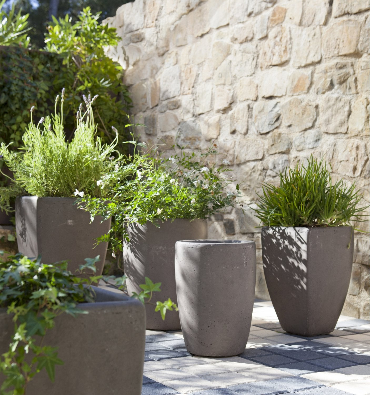 des jardini res design en fibre de vert gris anthracite. Black Bedroom Furniture Sets. Home Design Ideas