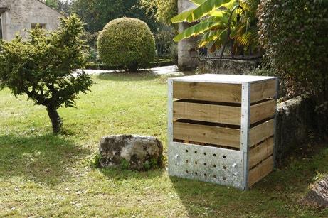 Un composteur en bois et zinc pour les déchets