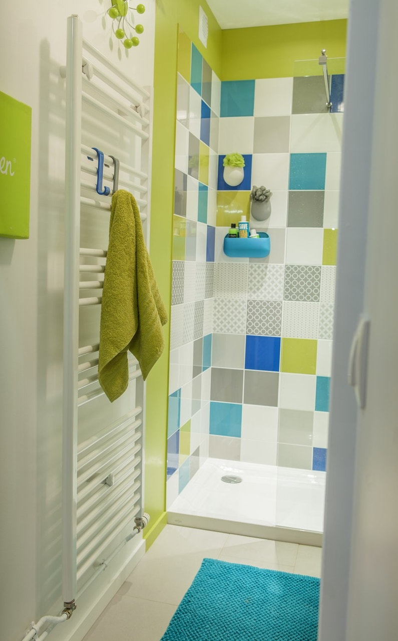 Une douche à l'italienne bleue et verte