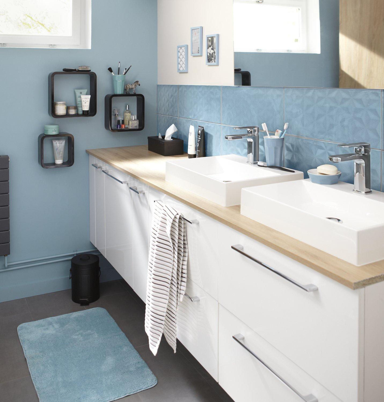 une salle de bains de style scandinave habillée de bleu ...