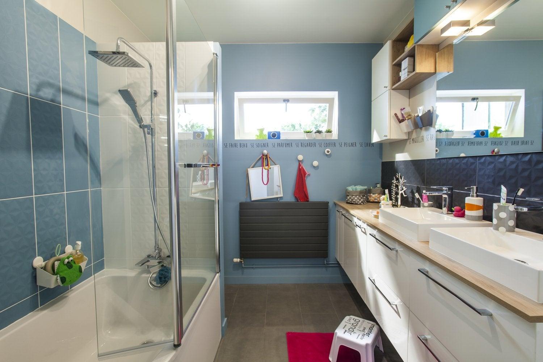 Une salle de bains familiale aux tons bleus | Leroy Merlin