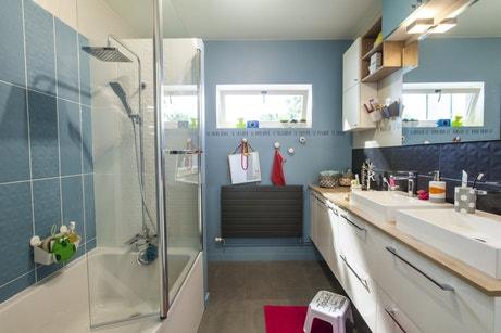Une salle de bains familiale aux tons bleus