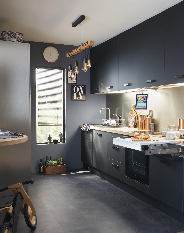 Une petite cuisine noire contemporaine | Leroy Merlin