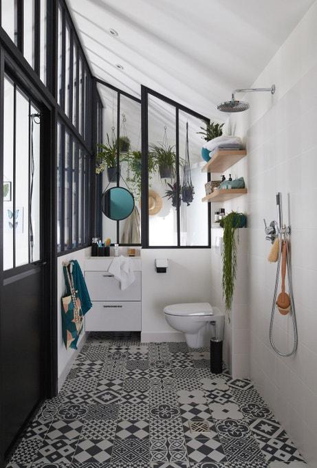 Des WC adaptés dans un style noir et blanc