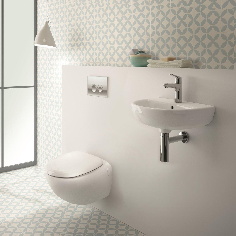 Un coin toilettes créé dans une salle de bains épurée ...