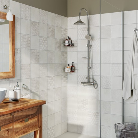 Une douche avec des carreaux de ciment gris