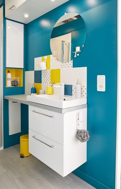une salle de bains multicolore au style contemporain